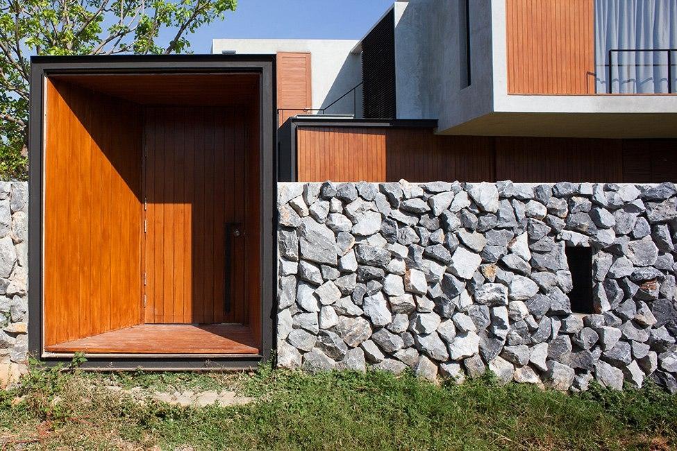 Дизайн забора в загородной доме